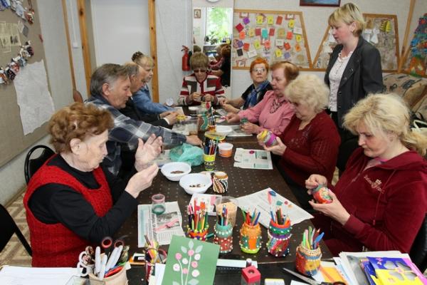 6-Benefits-Seniors-Enjoy-from-Making-Art
